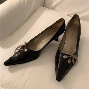 Vianni Collection Black low heeled leather shoes.